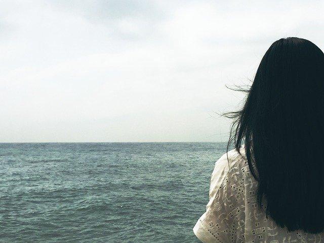 pasemka na czarnych włosach